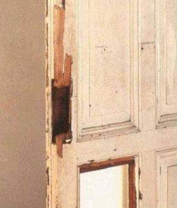 Повреждённое полотно  дверей