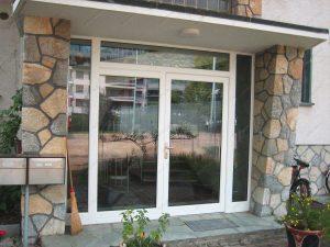 Установлены алюминиевые входные двери