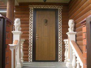 Дверь на входе в деревянный дом