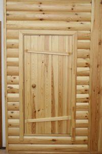 Двери в баню, изготовленные из массива сосны