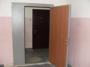 Установлена стальная тамбурная дверь