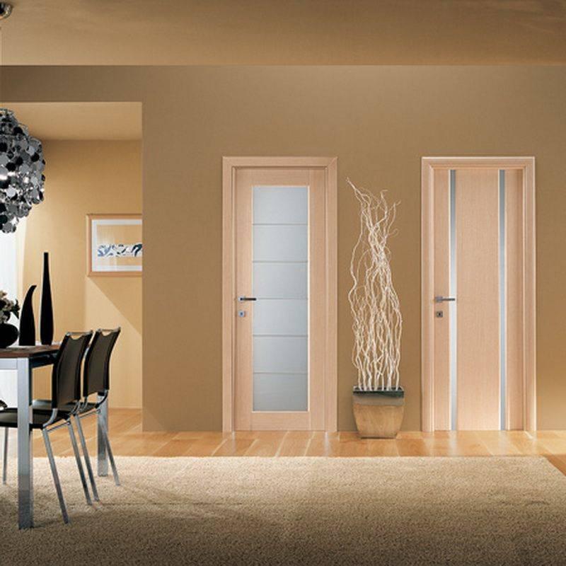 Установлены светлые двери в комнате
