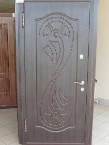 Устанавливаем железную дверь
