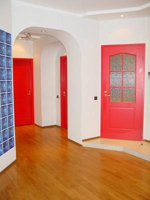 Филенчатые красные двери