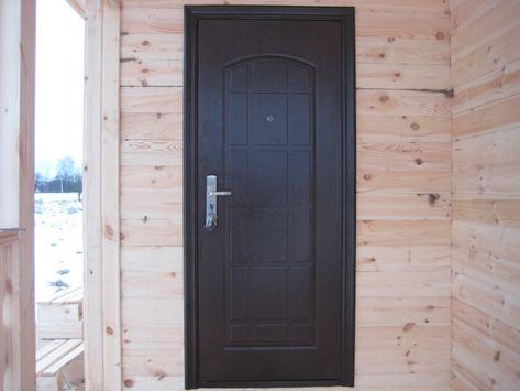 Металлическая дверь в деревянном двери