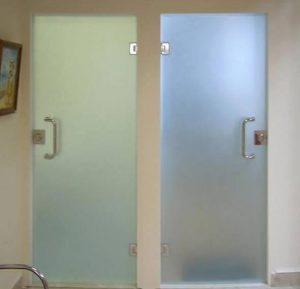Стеклянные двери в ванную и в туалет