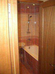 Дверь в ванную в панельном доме