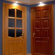 Установлены двери из сосны филенчатые