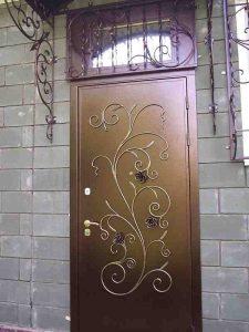 Установлены двери с элементами ковки