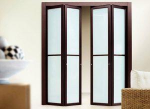 Установлены складные двери со стеклом