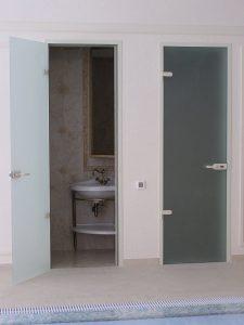 В ванной установлены стеклянные двери