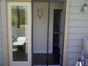 Установлены магнитные шторы на уличные двери