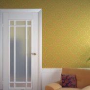 В комнате двери филенчатые белые