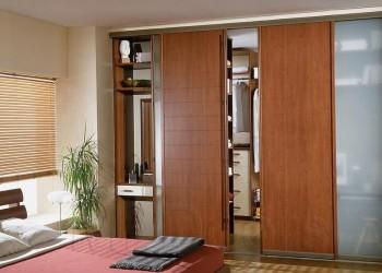 Раздвижные деревянные двери в гардеробную