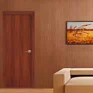 В комнате установлены двери цвета итальянского ореха